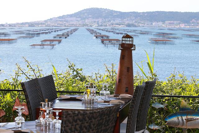 La Palourdière Bouzigues est un restaurant de poissons et coquillages qui propose une carte et des menus avec une cuisine fait maison au bord de l'Etang de Thau.( ® SAAM-Fabrice Chort)