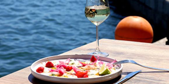 Oh Gobie à Sète est un restaurant de poissons et fruits de mer avec une cuisine fait maison sur le quai du canal avec des tables en terrasse.  ( ® SAAM-fabrice CHORT)